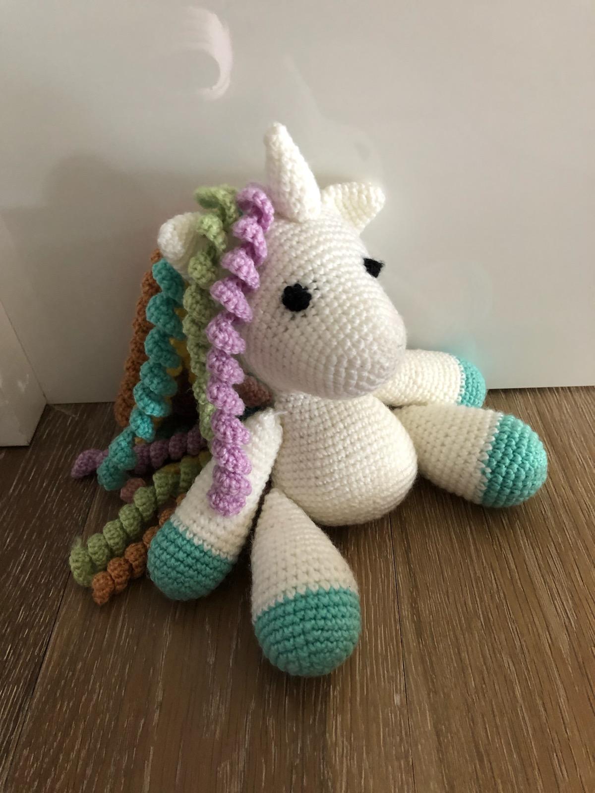 Shy unicorn amigurumi pattern - Amigurumi Today | 1600x1200